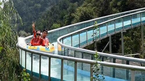 [当季]<清远2日游>龙腾峡玻璃漂流 首创瀑布玻璃桥漂流 刺激开漂、西班牙小镇屋顶摩天轮、清远鸡火锅任吃、尽享湿身体验